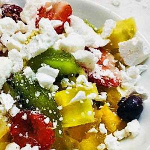 Meringa con frutta e crema